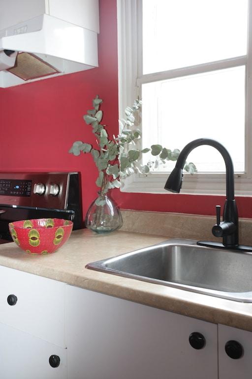 changer poignées et robinet dans cuisine de locataire