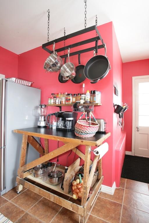 récup établi cuisine et crémaillère à chaudrons / Hanging pot rack in a red kitchen. Makeover on a budget