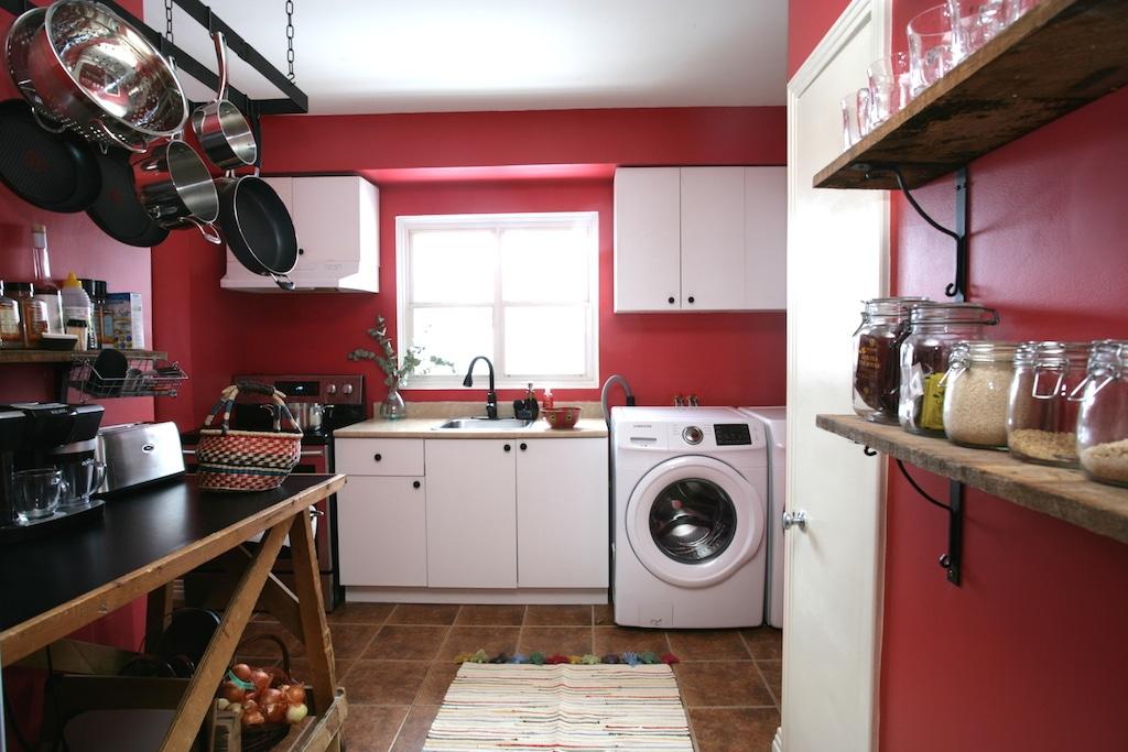 relooking cuisine petit budget avec un mur rouge et une crémaillère à casseroles / low budget kitchen makeover with red walls