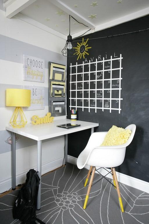 bureau mur tableau noir et calendrier quadrillé