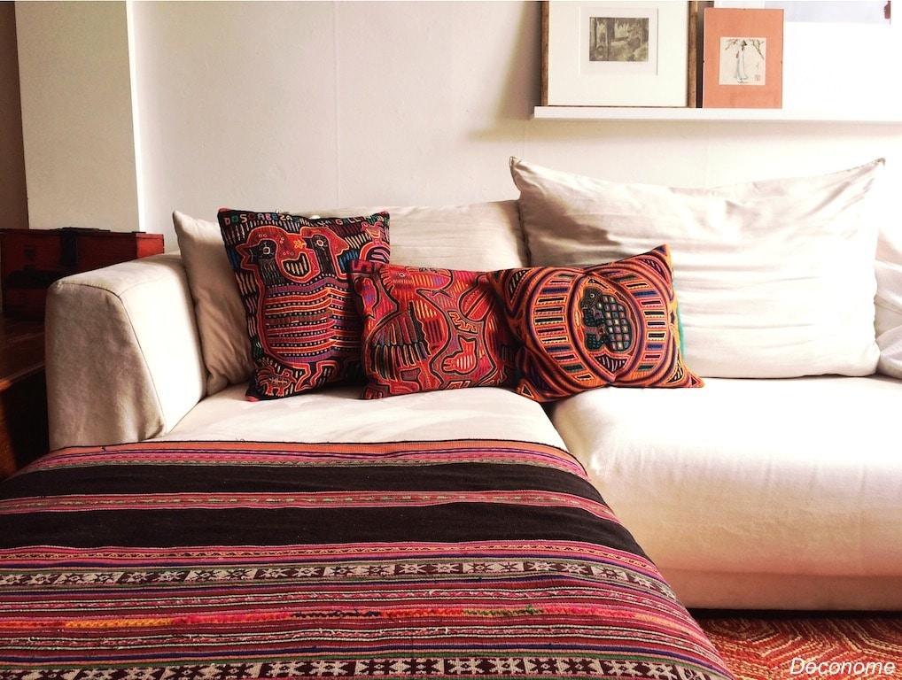 Décoration avec couverture bolivienne et coussins mola du panama