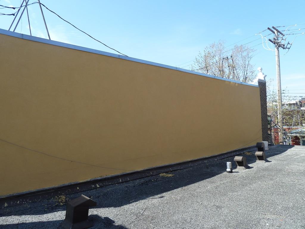 Le mur mitoyen avec revêtement d'acrylique