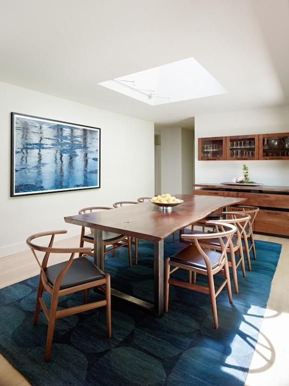 puits de lumière dans une salle à diner / skylight in a dining room