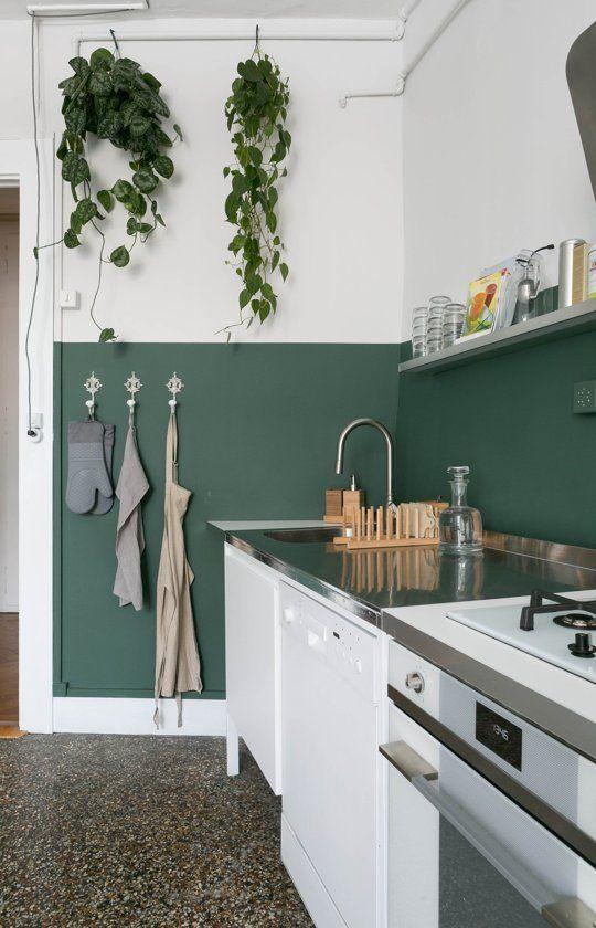 demi mur peint en vert dans une cuisine