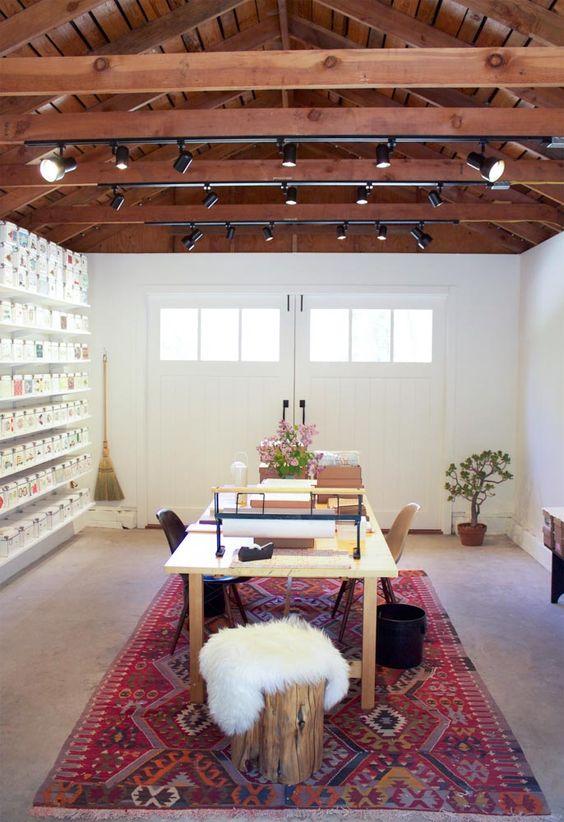 Garage transformé en atelier d'artiste inspirant