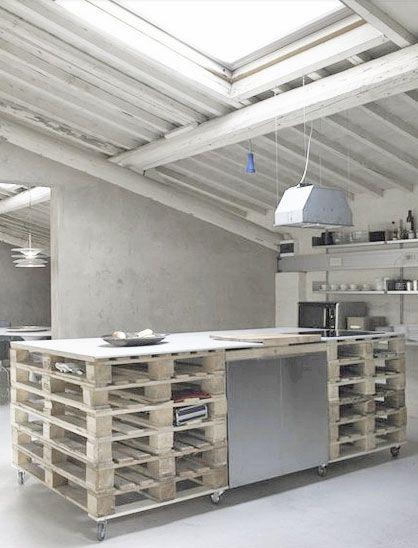 îlot ou table de rangement fabriquée avec des palettes