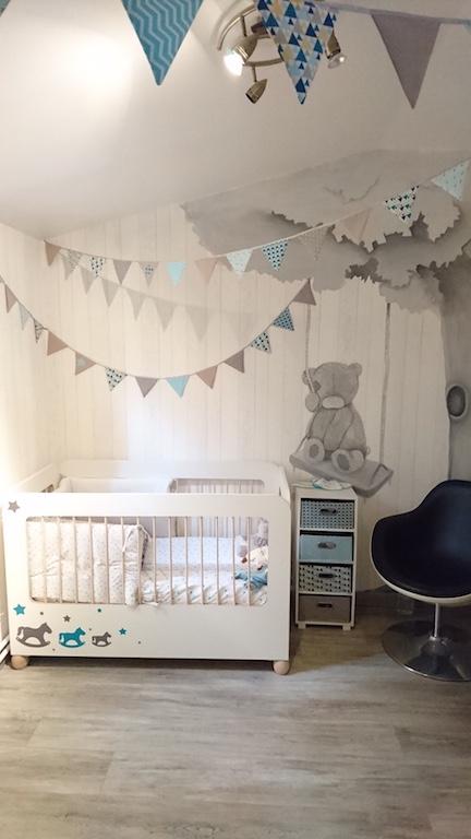 chambre de bébé style rustique bois blanchi au mur et fanions