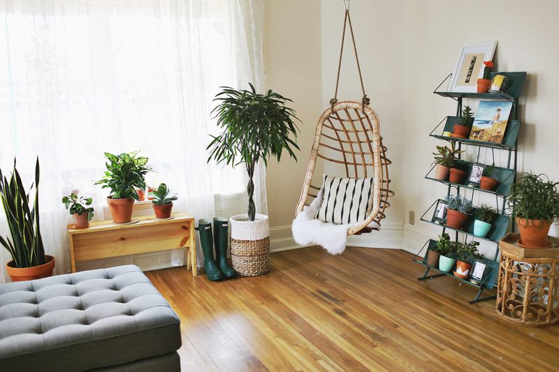 Ajouter un fauteuil suspendu en rotin dans le salon