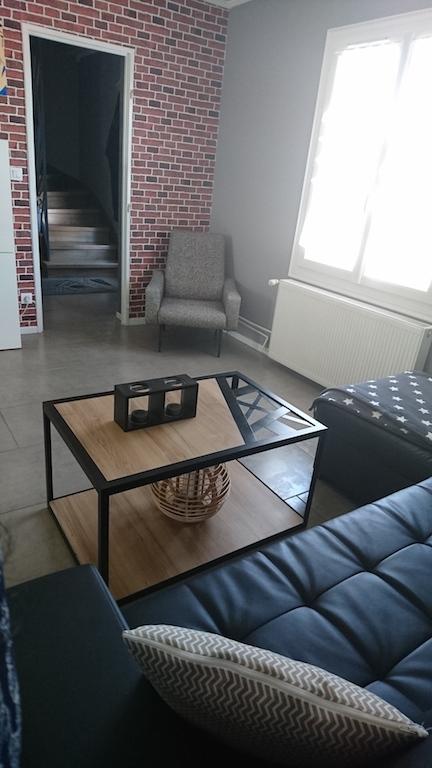 Salon avec mur de brique dans un style industriel