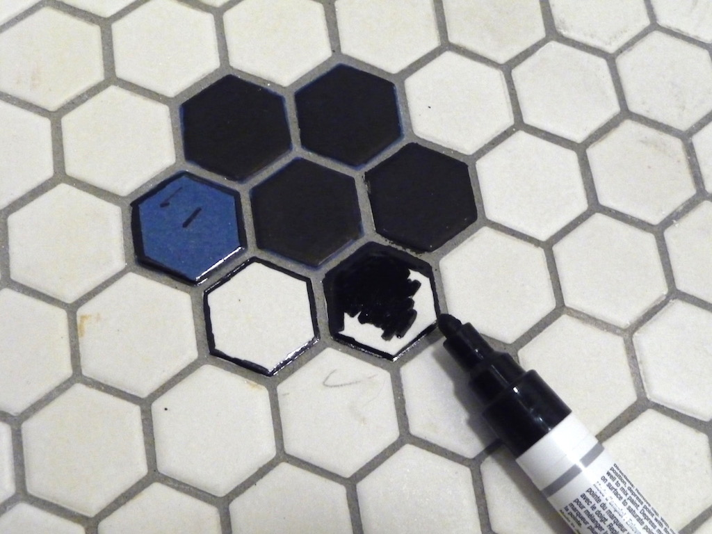 Repeindre des carrelages céramique nid d'abeille avec un marqueur sharpie / painted hexagonal mosaic floor with sharpie. An unexpensive DIY ! Less than 20$