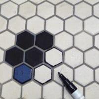 Relooker un sol en carrelage nid d'abeille avec un feutre noir / Sharpie relooking of a bathroom hexagonal mosaic floor
