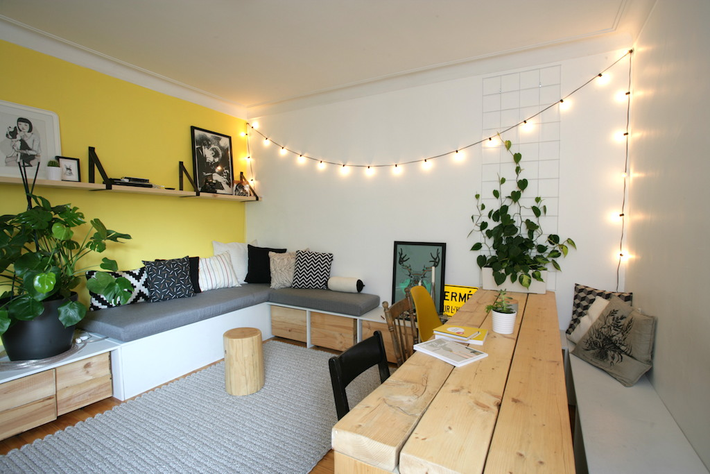 salon avec une banquette d'angle faite sur mesure DIY / Bench and handmade table in a living room with yellow wall