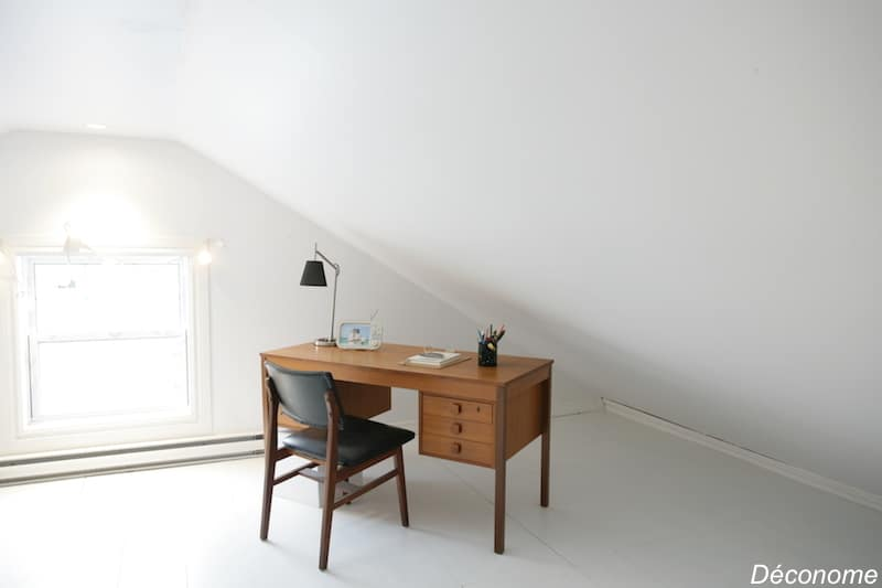 Petit bureau récup avec parquets peints en blanc sous la mansarde / office with white painted floors under the attic