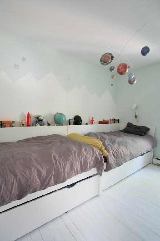chambre d'enfants avec montagnes peintes au mur / mountain wall painting in kids room. Scandinavian style