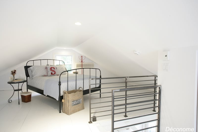 Chambre à coucher avec planchers peints en blanc sous la mansarde / bedroom with white painted floors under the attic