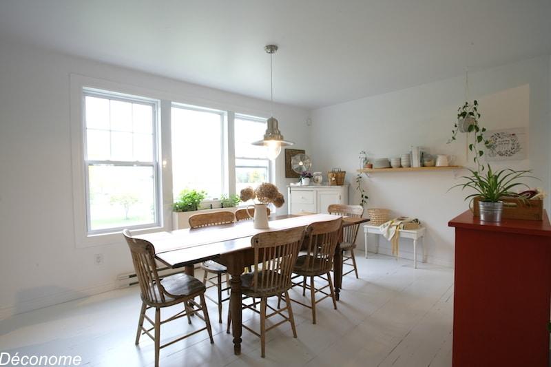 salle a diner avec parquet blancs et meubles en bois récupérés. Hygge scandinave