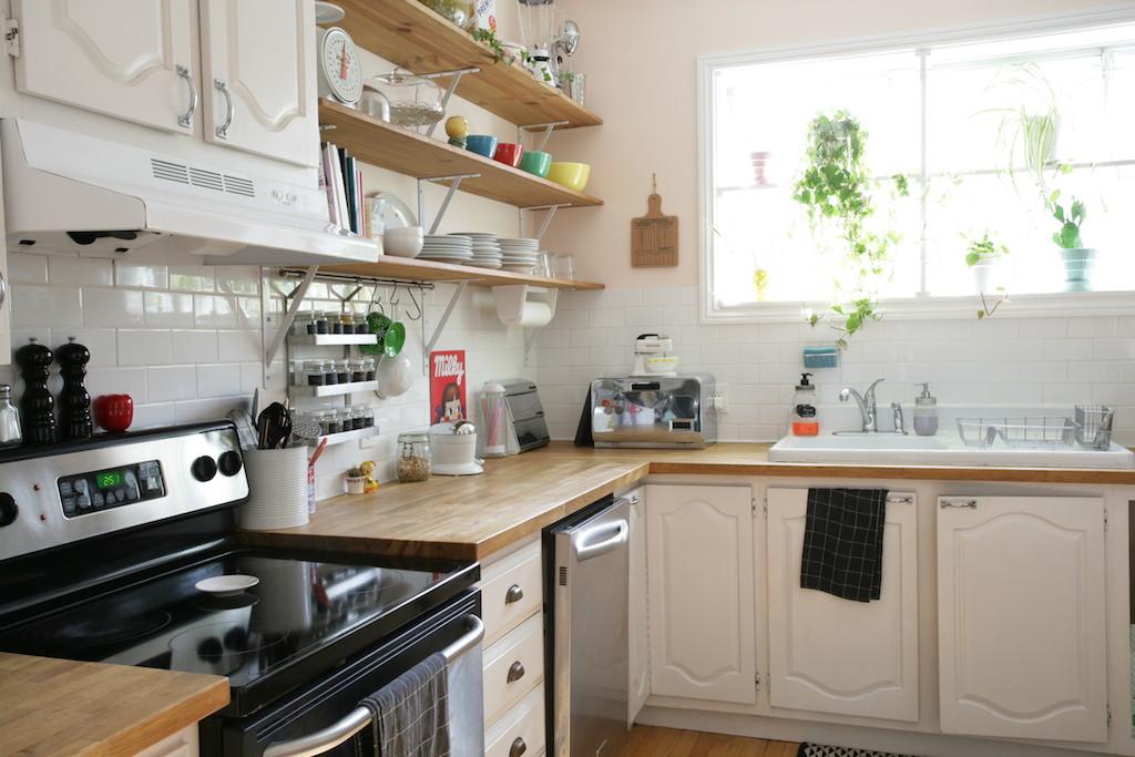 cuisine vintage comptoirs de bois et étagères ouvertes