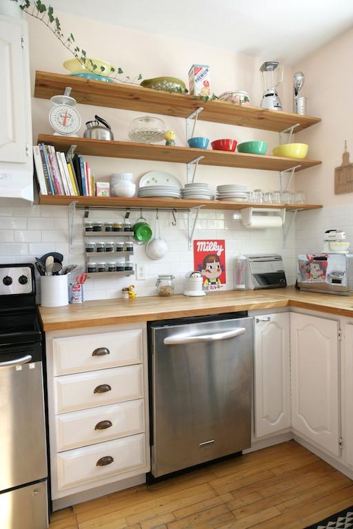 vaisselle colorée sur étagères en bois dans une cuisine vintage