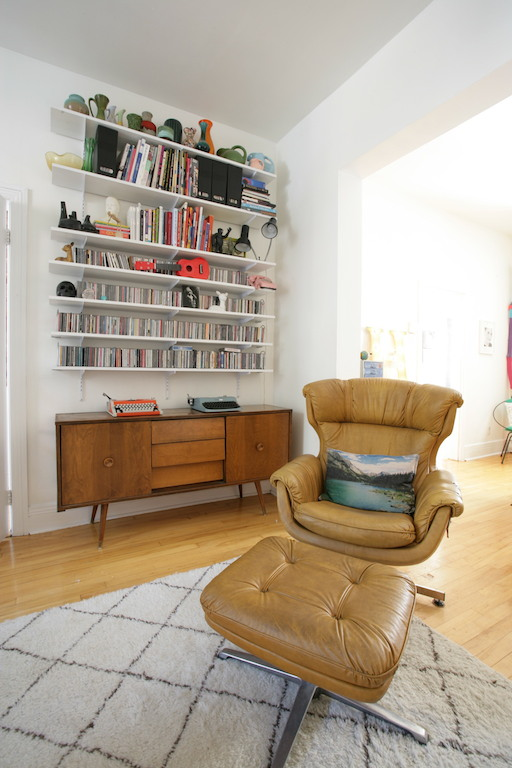 fauteuil en cuir vintage et buffet en teck années 50 / vintage decor