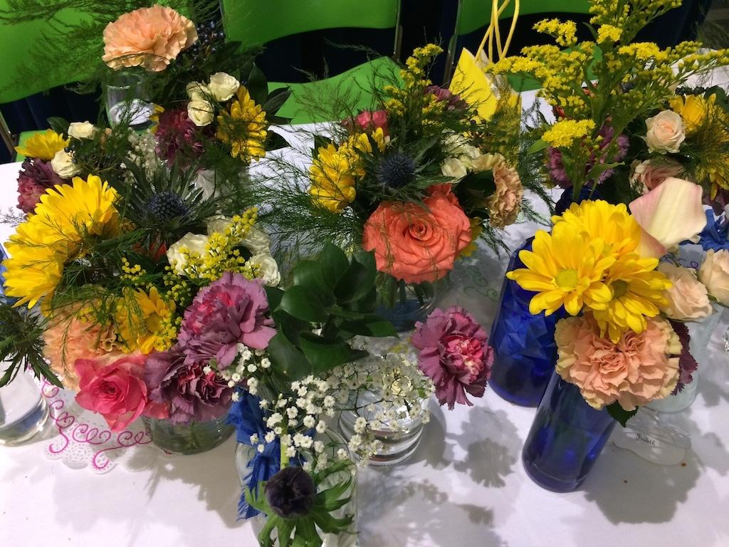 Fleurs de toutes les couleurs pour un mariage petit budget sur le thème mexicain / Flowers for a low budget wedding with mexican theme