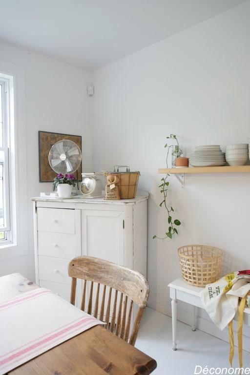 buffet table et chaises en bois rustique récupérés dans les tons de bois et blanc, style scandinave
