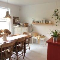 salle a manger scandinave rustique avec meubles récupérés en bois brut et blanc