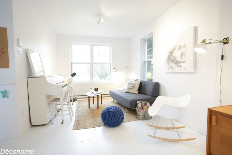 living room with white painted floor / salon de style scandinave avec parquet blanc