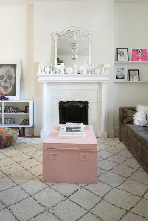 Tapis beni ouairain et coffre peint en rose dans un salon vintage / living room pink and white morrocan rug. Milk glass on the fireplace