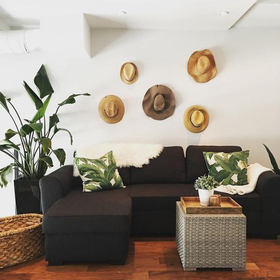 décoration murale avec des chapeaux de paille / straw hats wall decor