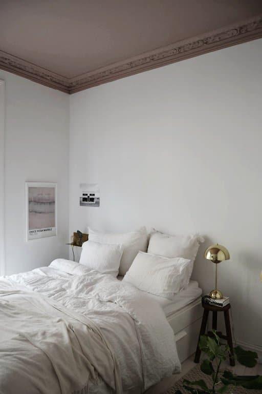 Chambre naturelle avec plafond rose et accents de laiton - Affiches The Printable Concept