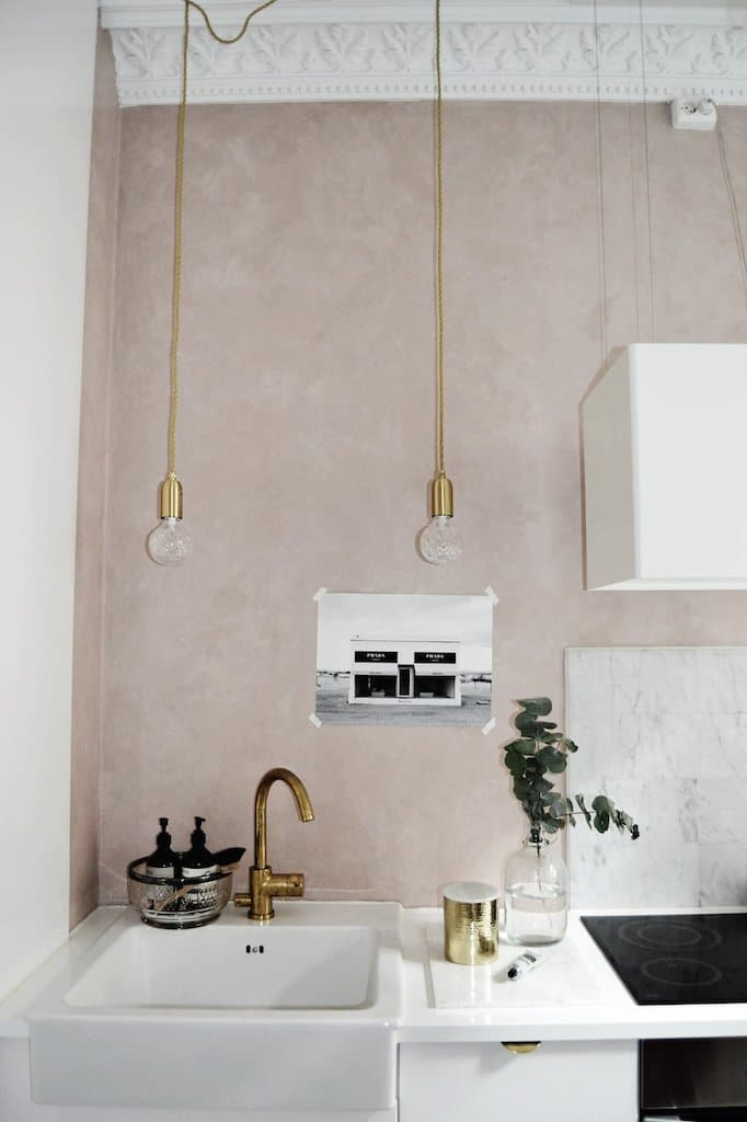 Kitchen with pink wall and brass accents / cuisine avec mur rose et accents de laiton. Affiches The Printable Concept