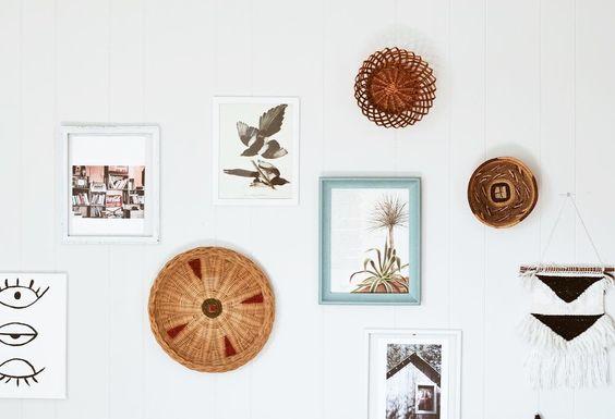 fabriquer un mur de cadre à partir d'objets récupérés et découpes de magazines