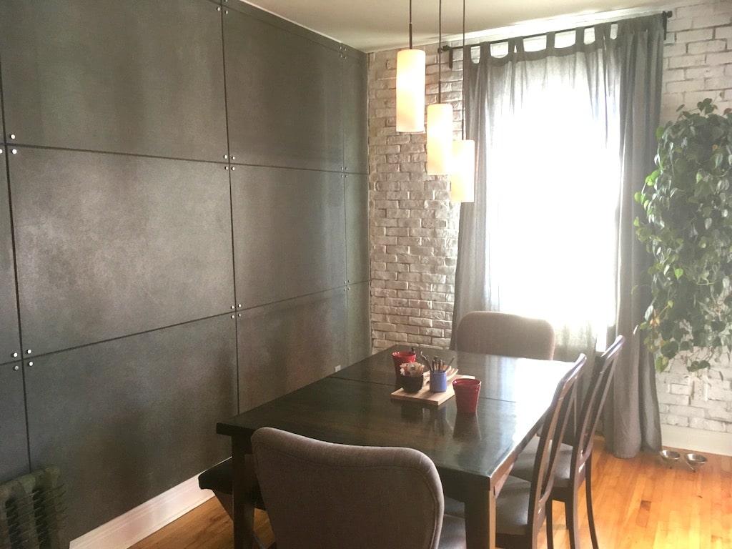 mur de panneaux de béton pour relooker salle à manger pas cher