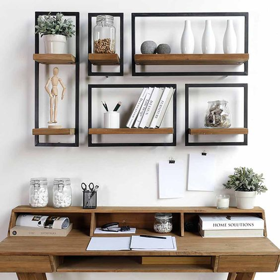 étagères métal et bois au dessus bureau