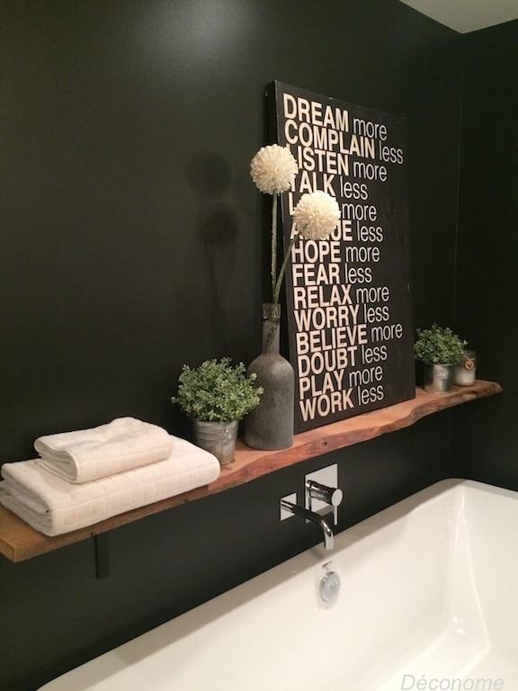 tablette bois au dessus bain portant et mur noir