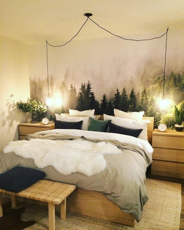 murale vintage de forêt dans une chambre IKEA / Misty fir forest mural in an IKEA bedroom