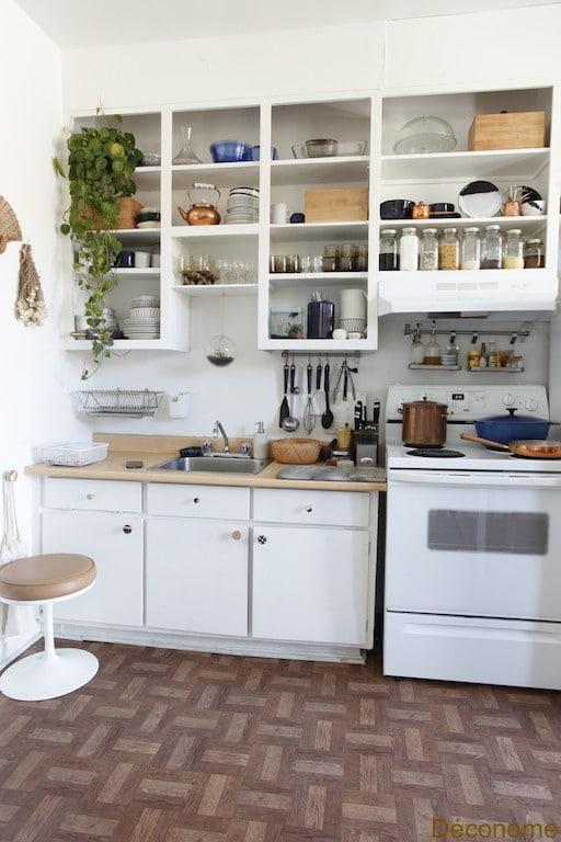 stylish open shelves in a kitchen / cuisine avec étagères ouvertes stylisées