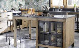 Un îlot de cuisine de style meuble ancien