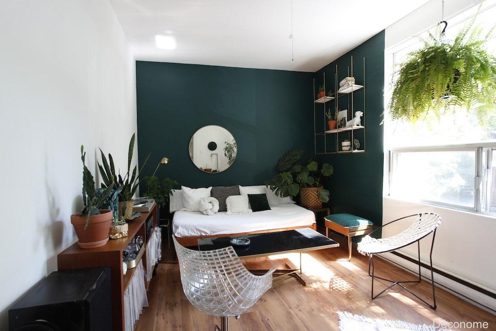 salon mur vert émeraude / living room with emerald wall