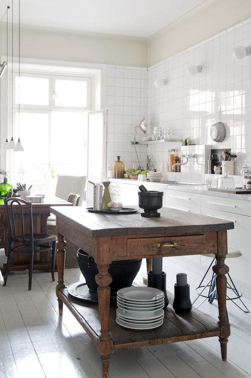 Vieille table dans une cuisine contemporaine / old table in a white kitchen