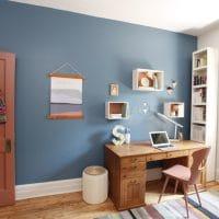 Bureau peint en bleu profond et rouge terra cotta - Tendances 2019 BEHR
