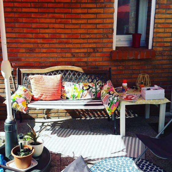 terrasse meublée avec des objets et meubles récupérés