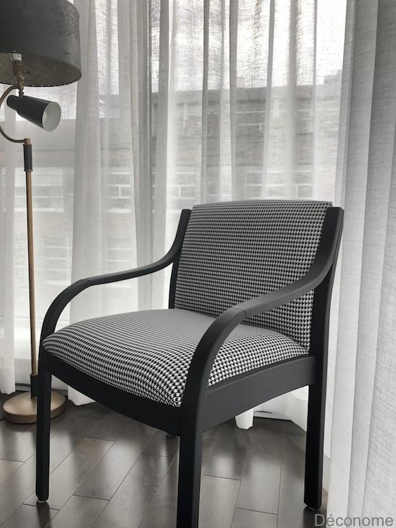 chaise tapissée motif pied de poule