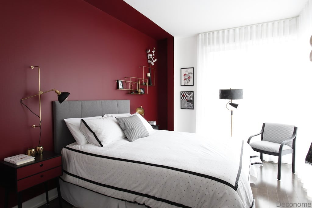 chambre avec mur rouge style alcove / bedroom with red wall and brass shelves