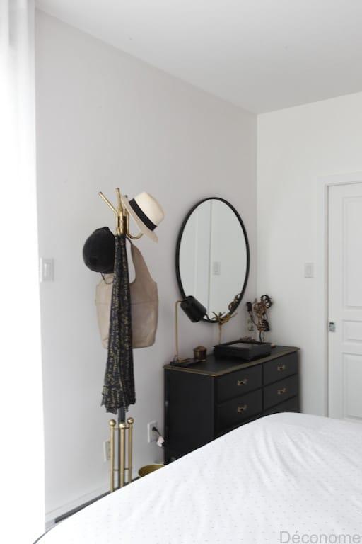chambre avec grand miroir rond