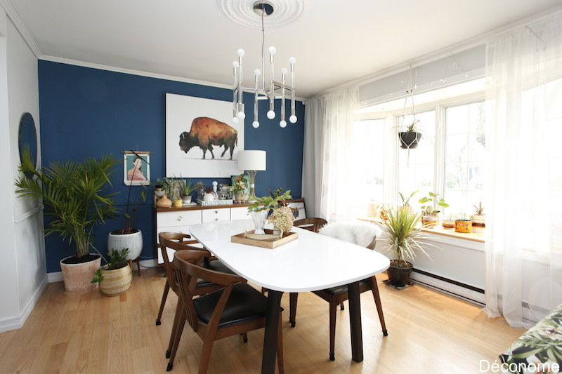 salle à diner avec mur bleu et oeuvre d'art de bison / Dining room with blue wall and mid century decor