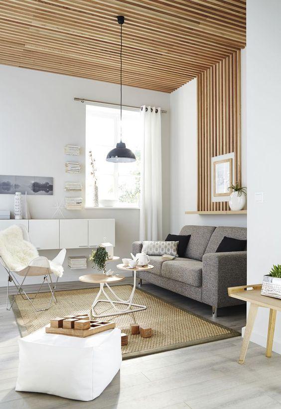 plafond et mur avec tasseaux de bois clairs verticaux