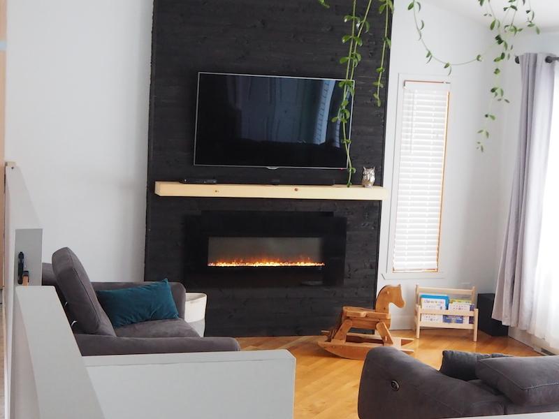 Mur télé en pin teint en noir imitation bois Shou Sugi Ban / TV Wall