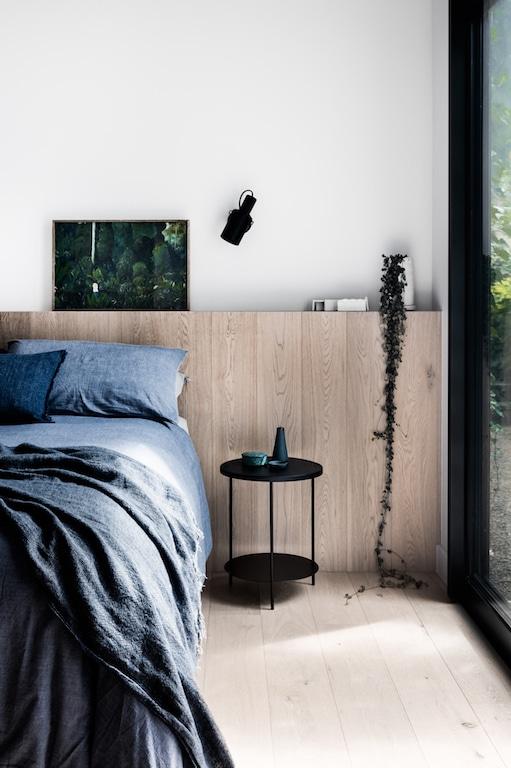 chambre avec demi mur en bois tête de lit / half wall wood headboard
