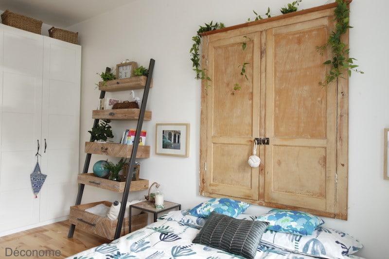 chambre avec vieille porte en tête de lit et étagère en bois recyclé